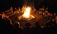 Harcerze przy ognisku