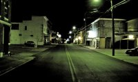 Quelque chose vous regarde depuis une rue sombre