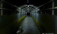 ambiance tunnel urbain humide avec passage de metro en arrière